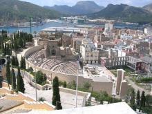 Vista elevada del teatro frente al puerto